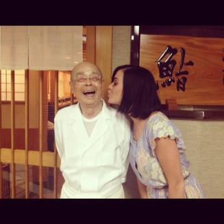 Katy Perry pose avec Jiro Ono chef trois étoiles au Japon !