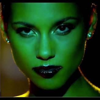 Alicia Keys twitte une photo extraite de son nouveau clip!