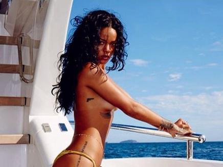 Rihanna enlève le haut !