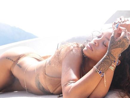 Rihanna : séance photo sexy sous le soleil Corse !