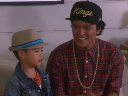 Bruno Mars chante « Uptown Funk » avec un enfant de 6 ans!
