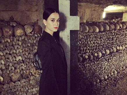 Katy Perry s'offre une visite des catacombes à Paris!