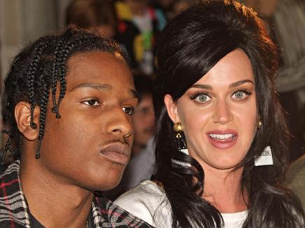 Katy Perry : très lookée et bien entourée chez Moschino !