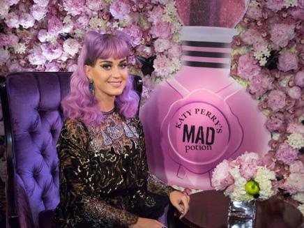 Katy Perry met le feu pour le lancement de « Mad Potion » !