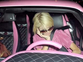Paris Hilton: des diamants sur son tableau de bord