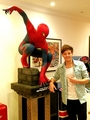 Louis Tomlinson pose avec spiderman