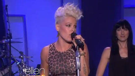 Pink Performs 'Blow Me (One Last Kiss)'