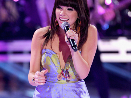 Carly Rae Jepsen : son single « This Kiss » cartonne !
