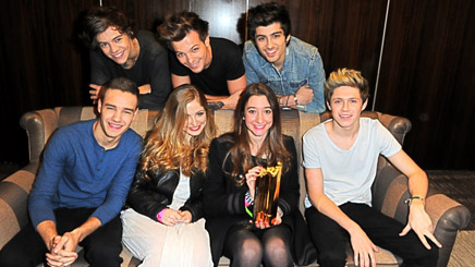 One Direction remettent le NRJ Music Award du Meilleur Fan à Julie