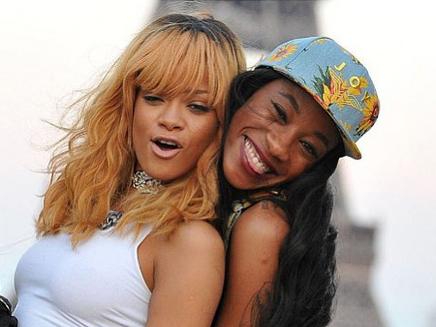Rihanna s'amuse devant la Tour Eiffel