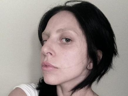 Lady Gaga se met à nouveau à nu !