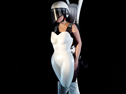 Lady Gaga: une tenue futuriste pour la sortie d'«ARTPOP»!