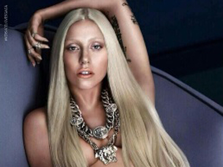 Lady Gagapose topless pour Versace!