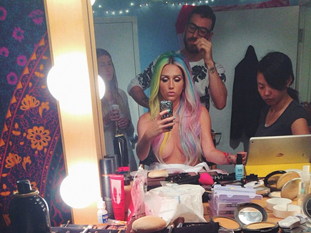 Kesha : topless en coulisses des VMAs !