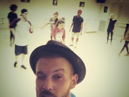 """M.Pokora : en répétition pour le clip de son nouveau hit """"On Danse""""!"""