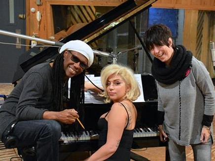 Lady Gaga bien entourée en studio!