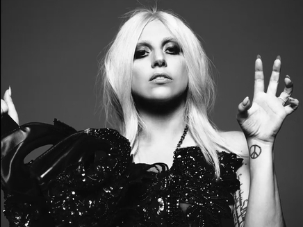 Lady Gaga : son cœur balance entre deux hommes!