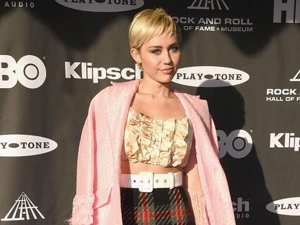 Miley Cyrus: elle fait monter son frère sur scène