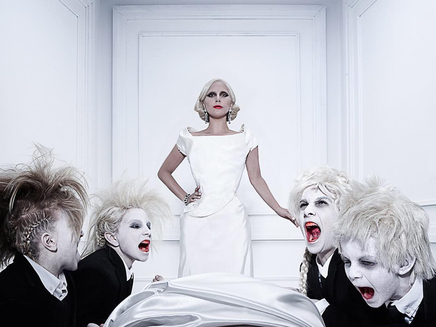 Lady Gaga: topless pour le lancement d'American Horror Story!