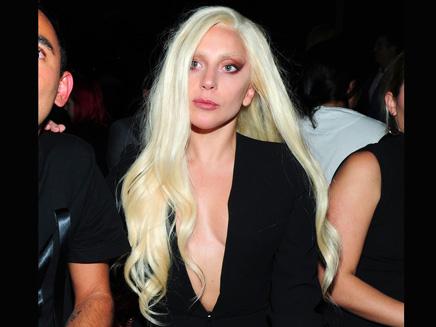 Lady Gaga: décolleté ultra plongeant à la Fashion Week!