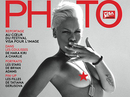 Pink : elle pose topless !