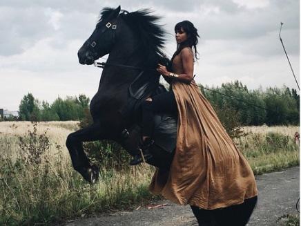 Shy'm: à cheval sur le tournage de son dernier clip!