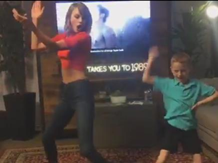 Taylor Swift offre une danse à l'un de ses fans sur «Shake It Off»!