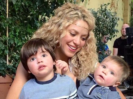 Shakira dévoile une adorable photo de famille pour le lancement de son jeu!
