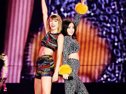 Taylor Swift chante « Boom Clap » avec Charli XCX sur scène!